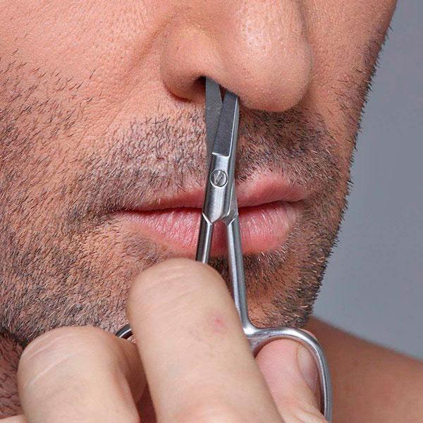 Удаление волос из носа маникюрными ножницами