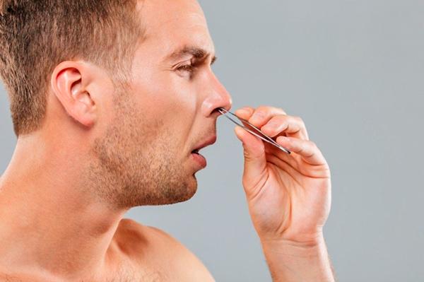 Удаление волос из носа пинцетом